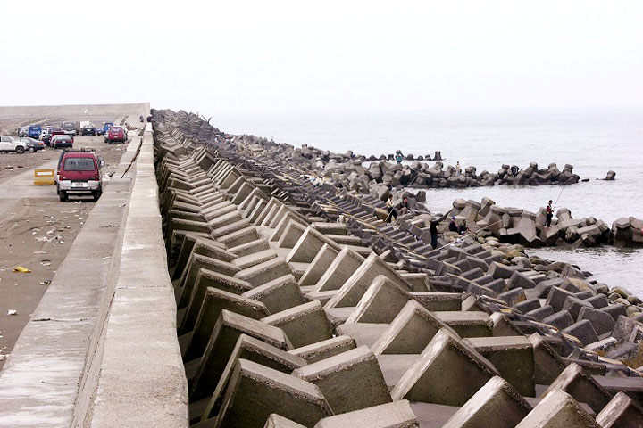 西部6縣市人工海岸超過9成以上。消坡塊破壞原有生態環境,使沙灘流失。-(陳財輝提供)